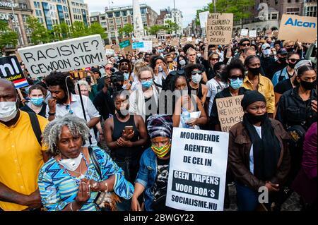 Des milliers de manifestants sont vus tenir des pancartes tout en écoutant les discours de la manifestation hollandaise sur la place du Dam.après le meurtre de George Floyd, c'était un policier aux États-Unis, Des milliers de personnes se sont rassemblées sur la place du Dam lors d'une manifestation pacifique en solidarité avec le mouvement américain contre la violence anti-noire organisée par plusieurs organisations néerlandaises.