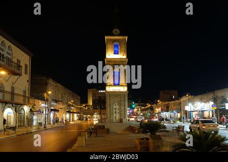 Vue nocturne de l'Clock-Tower Jaffa sur la rue Yefet carrés dans le sud et la plus vieille partie de Tel Aviv-Jaffa, Israël Banque D'Images