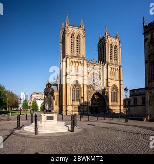 Bristol, Angleterre, Royaume-Uni - 19 avril 2020 : le soleil du soir brille sur la face ouest de la cathédrale de Bristol et la statue de Raja RAM Mohan Roy dans College Green,