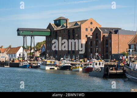Wells Norfolk, vue sur le quai et immeuble grandiose du XIXe siècle réaménagé dans le secteur riverain de Wells-Next-the-Sea sur la côte nord de Norfolk.
