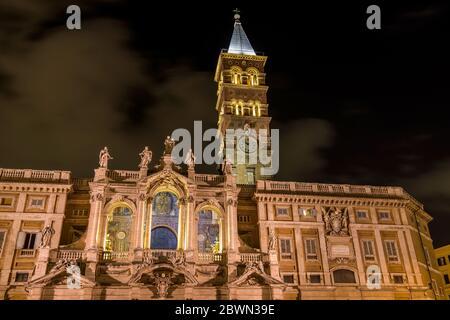 Santa Maria Maggiore la nuit - VUE nocturne à angle bas sur la tour de la cloche et façade de niveau supérieur de la basilique papale de Santa Maria Maggiore. Rome, Italie