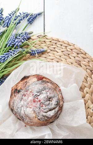Gâteau de Pâques sur l'assiette et fleurs sur fond de bois