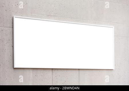 Cadre blanc d'affiche de horzontal blanc, publicité de bannière vide sur un mur de béton gris à l'intérieur du bâtiment, espace pour votre texte de fermeture, entreprise