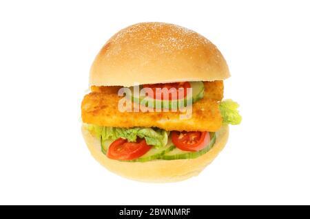 Les doigts de poisson et la salade dans un rouleau de pain isolé contre le blanc Banque D'Images