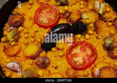 Gros plan d'une casserole de riz cuite, plat typique de Valence, Espagne. Banque D'Images