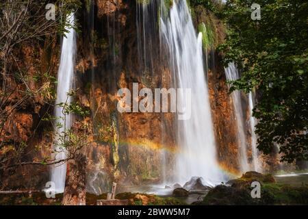 Croatie, petit arc-en-ciel au-dessus de la cascade éclabousse dans le parc national des lacs de Plitvice Banque D'Images