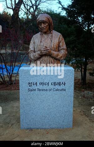 SÉOUL, CORÉE DU SUD - 29 DÉCEMBRE 2018 : statue de Sainte Thérèse de Calculta au sanctuaire des martyrs de Jeoldusan en hiver où est un célèbre monument de Séoul Banque D'Images