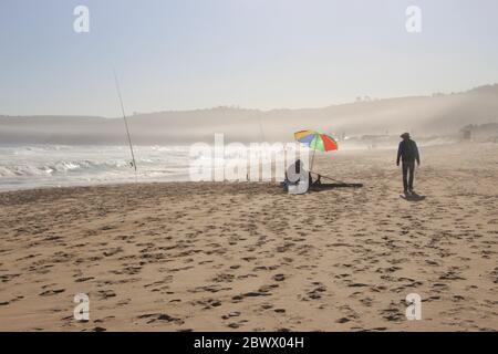La plage de Wilderness et l'océan Indien sauvage sur Garden route, Afrique du Sud, Afrique. Un pêcheur à la ligne sur la plage. Banque D'Images