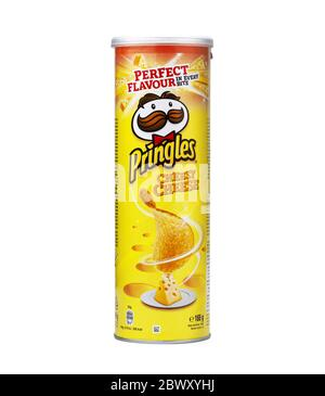 CHISINAU, MOLDOVA - 3 juin 2020: Pringles croustilles croustilles fromage tyube pack isolé sur fond blanc Banque D'Images