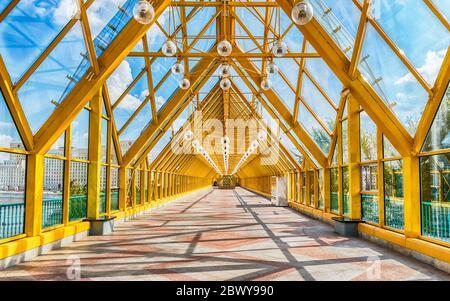 Marche à l'intérieur du pont couvert piétonnier de Pushkinsky près du parc Gorky dans le centre de Moscou, Russie Banque D'Images