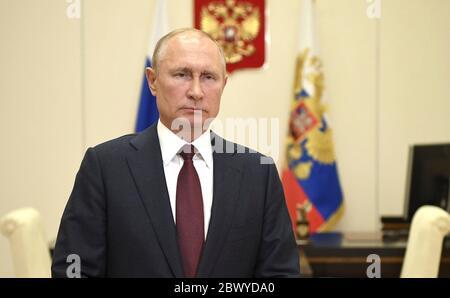 Le président russe Vladimir Poutine félicite le personnel actuel et ancien du Service des gardes-frontières du FSB pour ses vacances professionnelles, la Journée des gardes-frontières, depuis son bureau à la résidence d'État de Novo-Ogaryovo le 28 mai 2020, en dehors de Moscou, en Russie. Banque D'Images