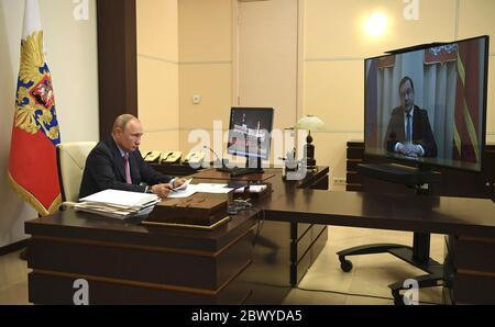 Le président russe Vladimir Poutine, tient une réunion par téléconférence avec le gouverneur de la région de Smolensk Alexei Ostrovsky, de son bureau à la résidence d'État de Novo-Ogaryovo le 27 mai 2020, à l'extérieur de Moscou, en Russie. Banque D'Images