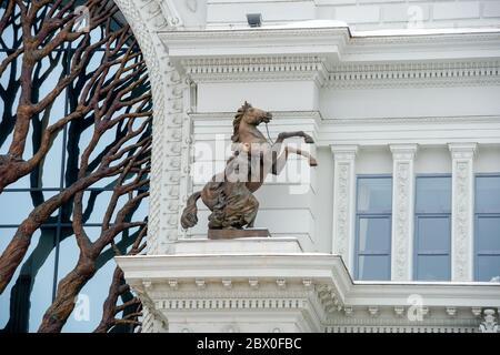 KAZAN, RUSSIE - JANVIER 5 2020: Fille et cheval - l'élément de décor du Palais des agriculteurs - Ministère de l'Environnement et de l'Agriculture. Palais S
