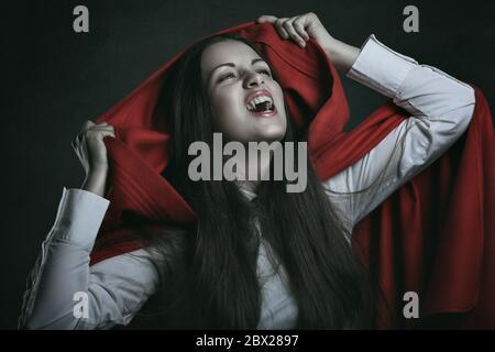 Vampire à capuchon rouge . Portrait sombre Banque D'Images