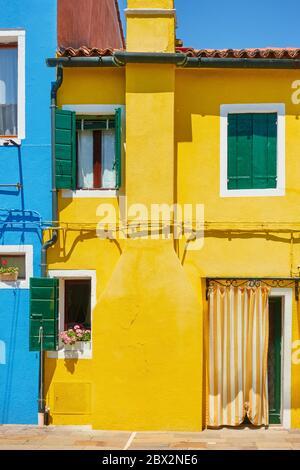 Maisons aux couleurs vives contrastées à Burano à Venise, Italie - architecture italienne Banque D'Images