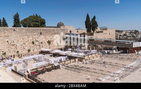 Un mur ouest presque vide à Jérusalem montrant des dispositions sociales de distanciation pour les fidèles à côté du pont de mughrabi et de la mosquée al-aksa Banque D'Images