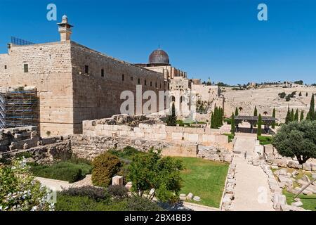La mosquée Al aqsa et le minaret al fakhria dominent le mur sud du mont du temple Saint à Jérusalem avec le mont des oliviers en arrière-plan Banque D'Images
