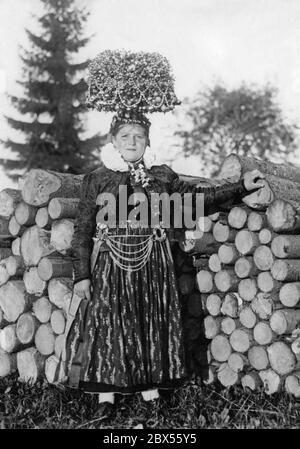 Une jeune femme non mariée porte un costume folklorique festif et le Schaeppel (couronne de la mariée). La photo a probablement été prise dans les années 1930. Banque D'Images