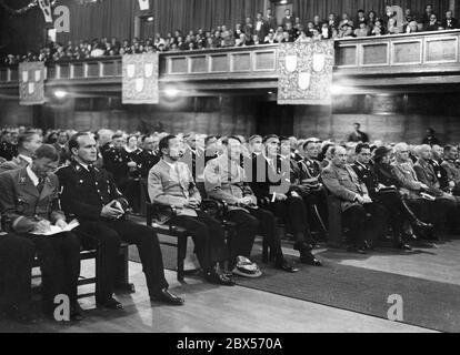 La photo montre les invités d'honneur pendant la session festive de la Chambre des Beaux-Arts de Reich (Reichskunstkammer) dans la salle de cérémonie du Deutsches Museum. De gauche à droite : le maire de Munich Karl Fiehler, le secrétaire d'Etat Karl Hanke, Joseph Goebbels, Adolf Hitler, le professeur Adolf Ziegler (président de la Chambre des Beaux-Arts de Reich), Walther Funk, Philipp Bouhler et probablement Gerdy Troost. À droite de l'image, Heinrich Himmler et Hugo Sperrle. Banque D'Images