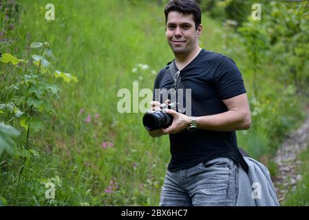 Homme photographiant avec un appareil photo professionnel beau paysage sur le sommet de la montagne Banque D'Images