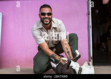 Homme jouant avec Pit Bull Terrier, dos Rios, Costa Rica Banque D'Images
