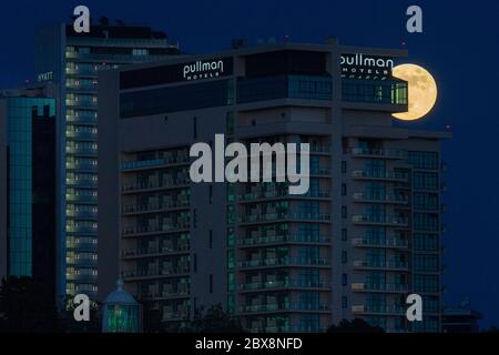 Sotchi, Russie. 5 juin 2020. Une pleine lune brille sur l'hôtel Pullman Sotchi Centre. À partir de juin 6, le territoire de Krasnodar rouvre les cafés d'été et les restaurants extérieurs, les parcs, les jardins publics, les fronts de mer et les plages, alors que les restrictions de confinement sont atténuées en raison de la pandémie du coronavirus COVID-19; le régime d'auto-isolement dans la région est prolongé jusqu'en juin 21. Crédit: Dmitry Feoktistov/TASS/Alay Live News Banque D'Images
