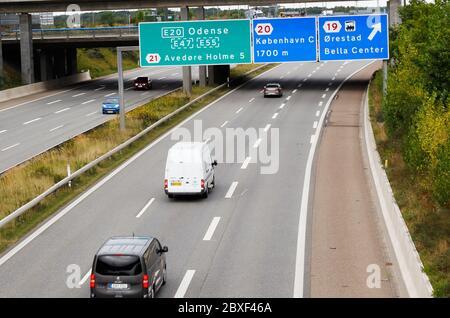 Copenhague, Danemark - 4 septembre 2019 : sortie sur l'autoroute E20 à Orestad.