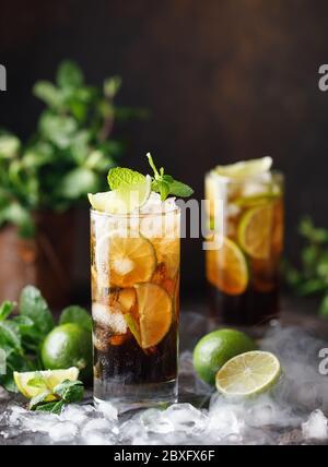 Cuba libre au rhum brun, au cola, à la menthe et au citron vert. Cuba libre ou long Island cocktail de thé glacé avec des boissons fortes