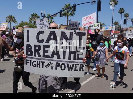 Oceanside, CA / USA - 7 juin 2020 : des manifestants ont fait des signes lors d'une paisible marche de protestation de Black Lives Matter dans le comté de San Diego. Banque D'Images