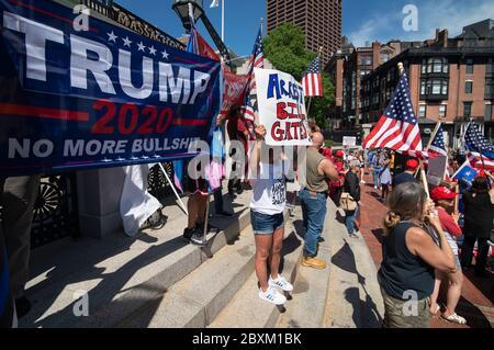 Coronavirus / COVID-19: Moins de 200 manifestants de Super Happy Fun America (SHFA) ont organisé une manifestation de « réouverture du Massachusetts » à l'extérieur de la maison d'État du Massachusetts, dans le centre de Boston, ma, USA 05/30/2020.