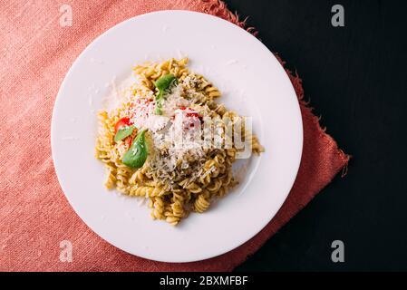 Photo de pâtes belles et savoureuses faites avec amour sur table noire. Banque D'Images