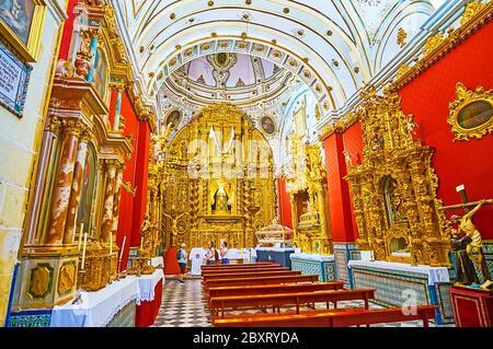 ARCOS, ESPAGNE - 23 SEPTEMBRE 2019 : Chapelle Ayflones de l'église San Pedro avec un retable plateresque doré, décoré de colonnes solomoniques, complexe r