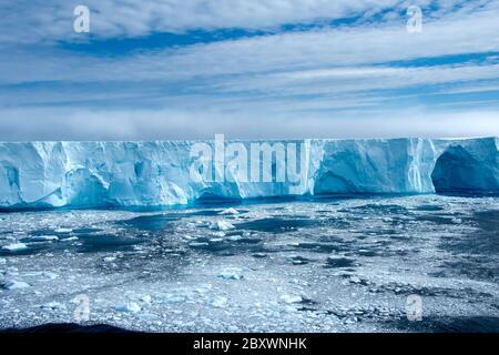 Grand iceberg dans l'Antarctique de la baie Admiralty. Banque D'Images