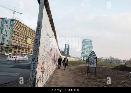 Graffitis sur la section du mur de Berlin d'origine près de la rivière Strass et de la Muhlenstrasse Banque D'Images