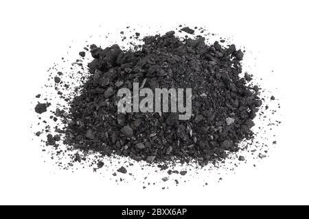 Pile de charbon ou de poussière de charbon isolée sur fond blanc Banque D'Images