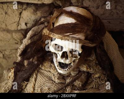 Momie pré-incan dans le site archéologique de Chauchilla, Nazca, Pérou. Banque D'Images