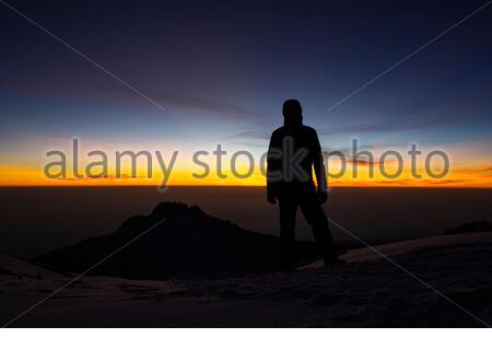 Grimpeur avec endurance atteint le sommet du Kilimanjaro Banque D'Images