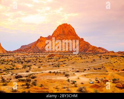 Spitzkoppe, alias Spitzkop - formation rocheuse unique de granit rose dans le paysage de Damaraland, Namibie, Afrique. Banque D'Images
