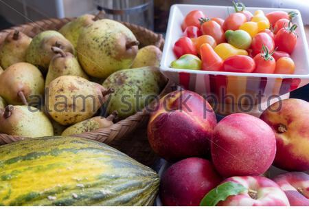 Les fruits du jardin, tomates, poires, pêches Banque D'Images