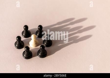 Cercle de pion d'échecs en plastique avec ombre en forme de couronne sur fond blanc. Travail d'équipe, accord de groupe et concept de réussite