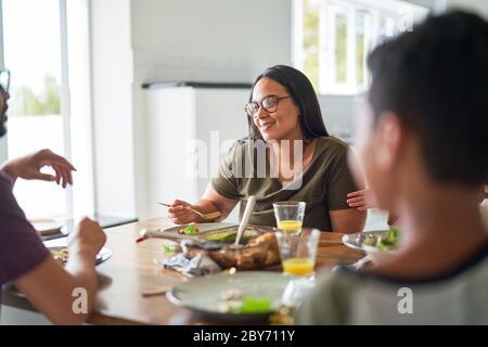 Un bon dîner en famille à table Banque D'Images