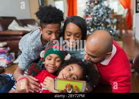 Bonne famille à prendre Noël selfie Banque D'Images