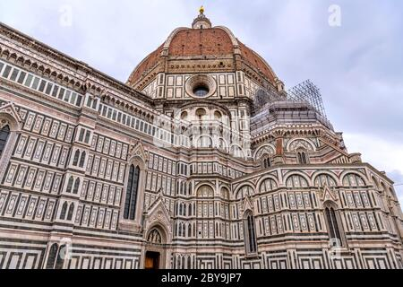 Cathédrale de Florence - VUE rapprochée à angle bas du dôme et du mur extérieur sud de la cathédrale de Florence, au cœur de Florence, en Toscane, en Italie. Banque D'Images