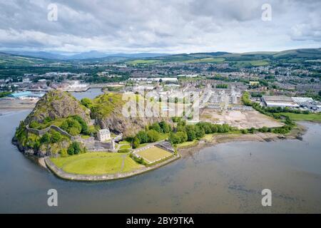Bâtiment du château de Dumbarton sur une roche volcanique vue aérienne depuis le dessus de l'Écosse