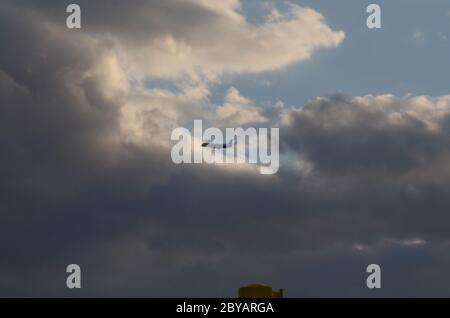 VOL 419 : les avions de ligne commerciaux délochent d'un aéroport international de Newark à New Jersey, à proximité, pour profiter du soleil et créer un paysage nuageux le jour du printemps.