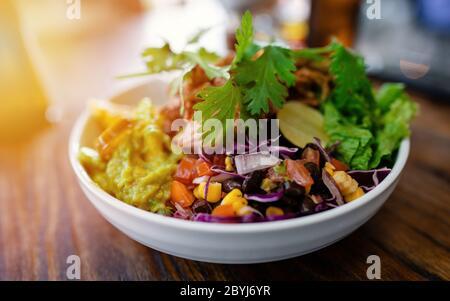 Salat frais mélangé. Nourriture végétarienne saine. Mise au point sélective. Bol de Bouddha vegan Banque D'Images