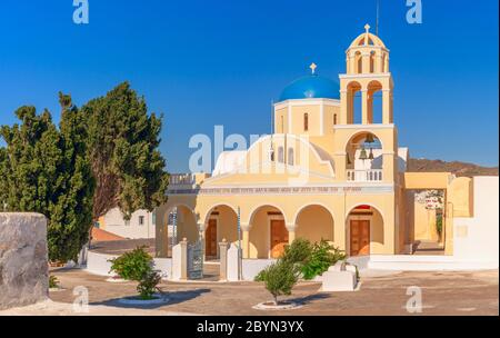 L'église Saint-Georges (Ekklisia Agios Georgios) à Oia, Santorin, Grèce est également connue sous le nom de Perivolas, une belle église dans une jolie cour.
