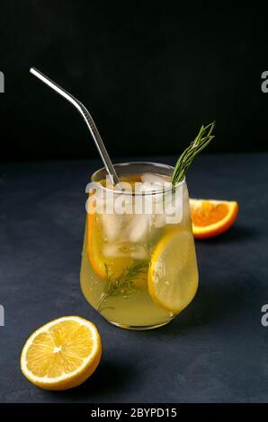 Cocktail rafraîchissant avec agrumes sur fond sombre