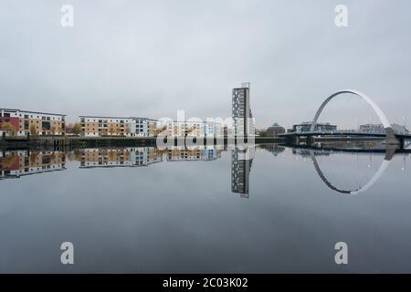 Le pont Clyde Arc et d'autres bâtiments se reflètent dans la rivière Clyde, Glasgow, Écosse