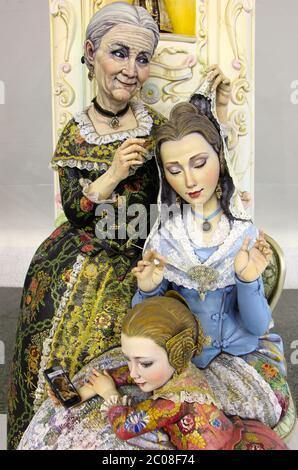 Grand-mère fille et petite fille Ninot (Doll) en robe traditionnelle Pour 2020 brûlage de Fallas (Torches) détail Valence Espagne
